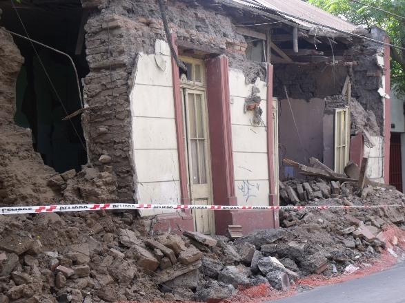 Casa destruida producto del terremoto de febrero de 2010